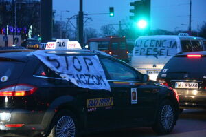 Jeździli w kółko, zablokowali tramwaje. Protest taksówkarzy na rondzie