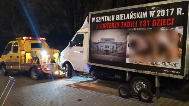 Samochód antyaborcyjny odholowany sprzed Szpitala Bielańskiego