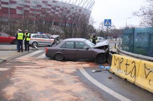 Mercedes uderzył w betonowe bariery. Prowadził pijany policjant?